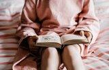 Kind hält Buch in den Händen